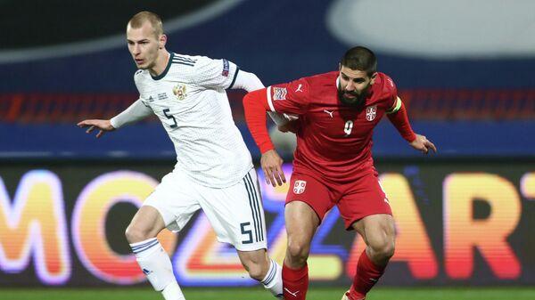 Защитник сборной России Роман Евгеньев (слева) и нападающий сборной Сербии Александар Митрович