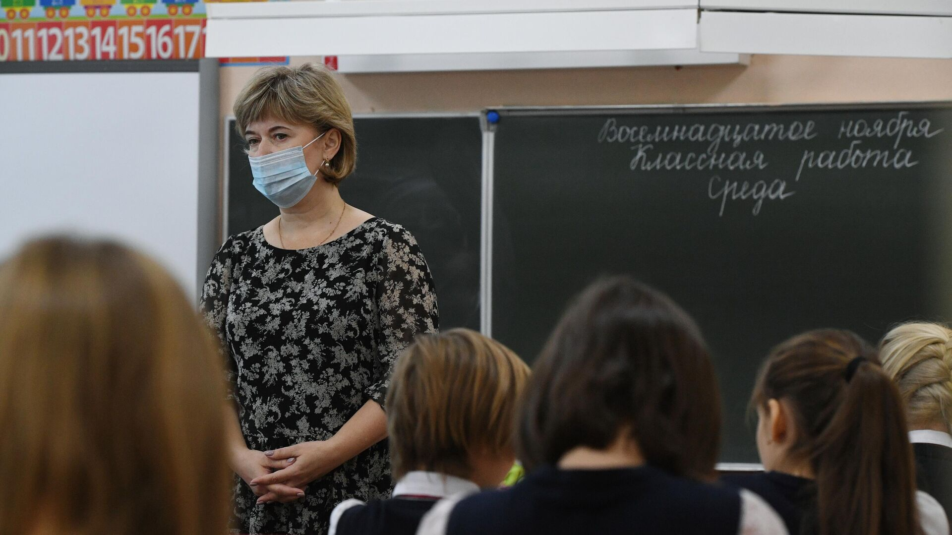 Учитель ведет урок у начальных классов в гимназии №15 Новосибирска - РИА Новости, 1920, 17.12.2020