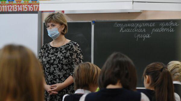Учитель ведет урок у начальных классов в гимназии №15 Новосибирска
