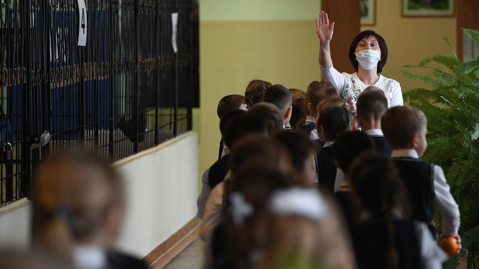 Ученики начальных классов в гимназии №15 Новосибирска - РИА Новости, 1920, 30.08.2021