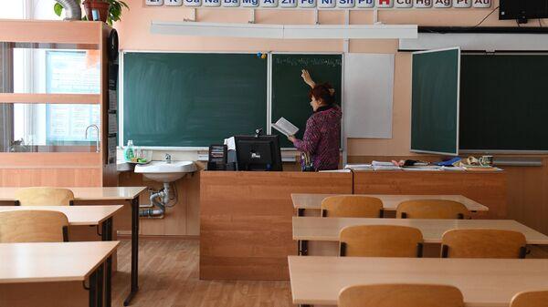 Учитель химии готовится к дистанционному уроку в гимназии №15 Новосибирска