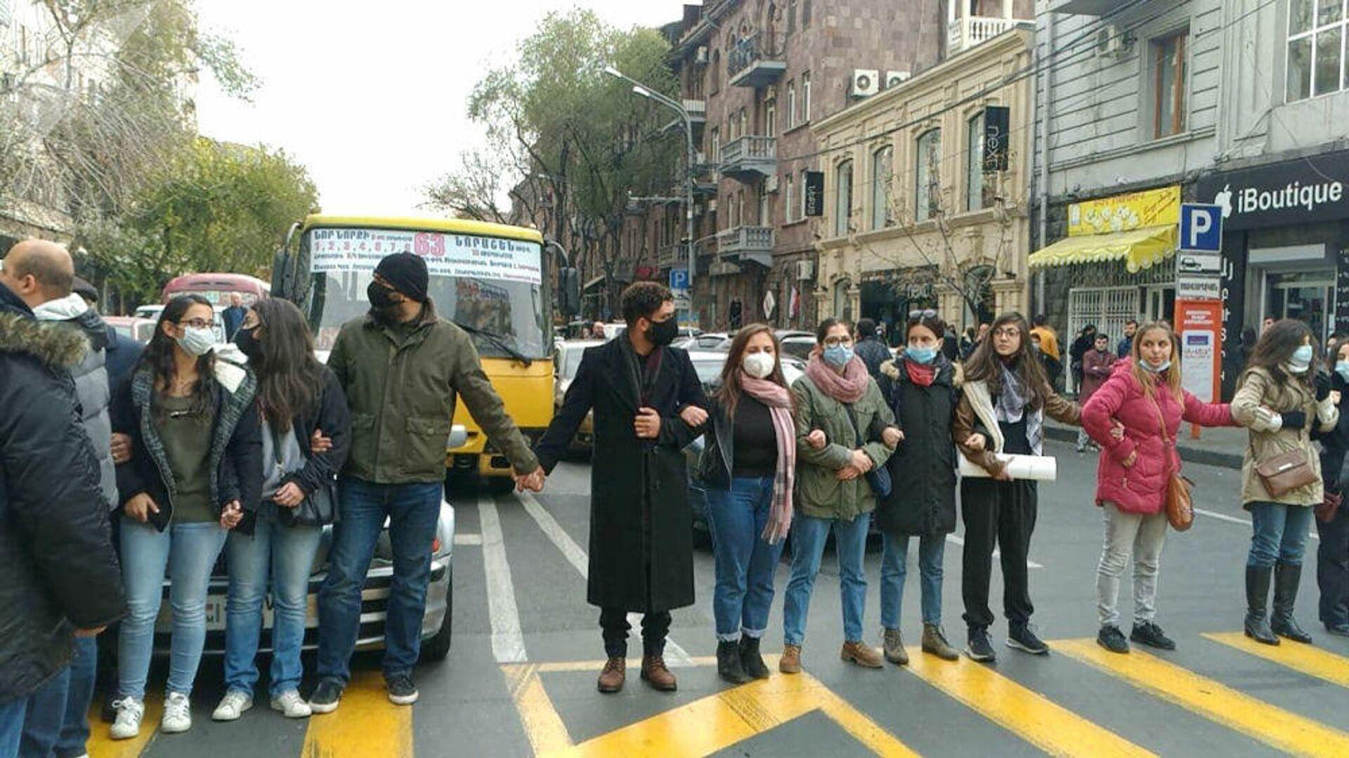 Протестующие перекрывают улицу в Ереване - РИА Новости, 1920, 19.11.2020