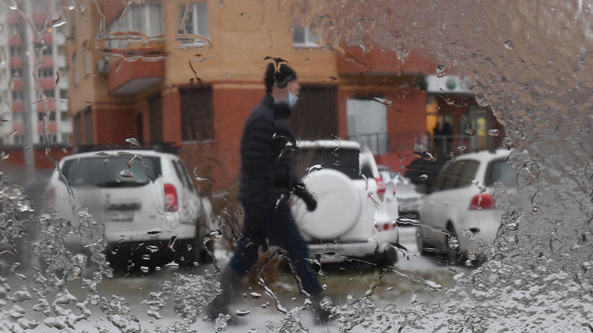 Вид через стекло автомобиля, которое покрыто тонким слоем льда после прошедшего ледяного дождя в Москве - РИА Новости, 1920, 20.09.2021