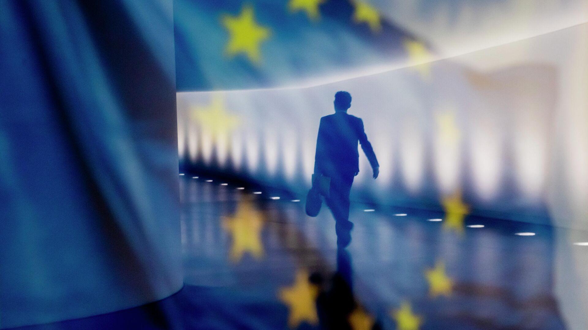 Отражение мужчины на фоне флага ЕС - РИА Новости, 1920, 05.02.2021