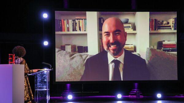 Писатель Дуглас Стюарт на экране во время дистанционной церемонии вручения Букеровской премии 2020 года