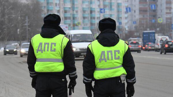 Сотрудники ДПС ГИБДД во время проверки соблюдения масочного режима водителями такси в Новосибирске