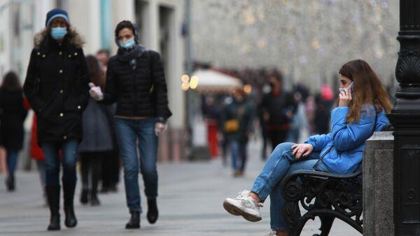 Прохожие в защитных масках на Никольской улице в Москве