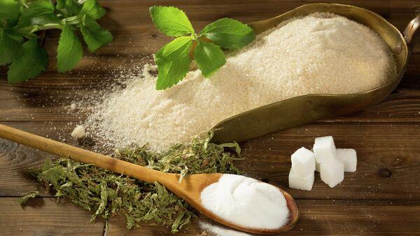 Кристаллический сахар и стевия в порошке, сушеная и свежая