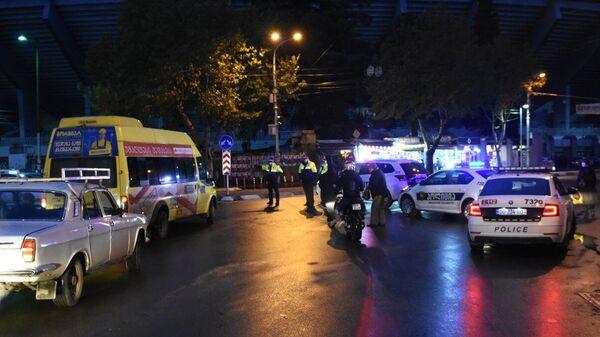 Сотрудники полиции на проспекте Церетели в Тбилиси, где вооруженный мужчина, который ворвался в офис микрофинансовой организации, удерживает в заложниках девять человек