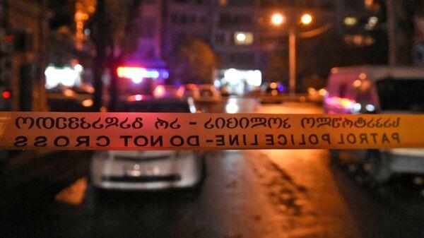 Оцепление на проспекте Церетели в Тбилиси, где вооруженный мужчина, который ворвался в офис микрофинансовой организации, удерживает в заложниках девять человек