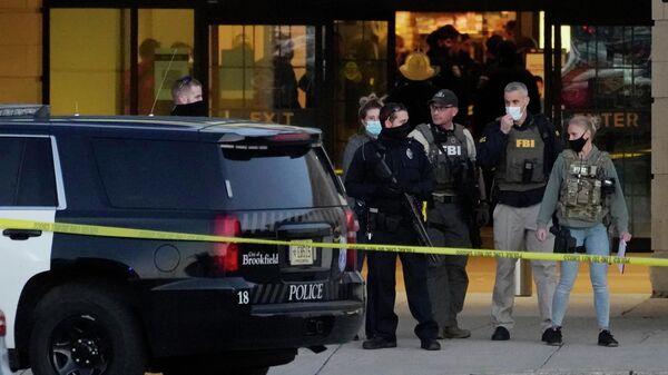 Сотрудники ФБР на месте стрельбы в торговом центре в Висконсине