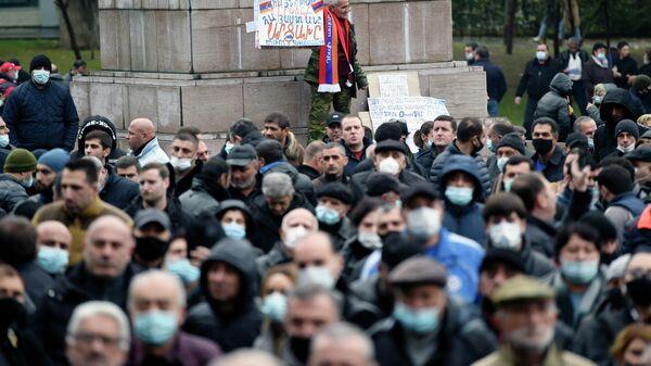 Участники акции протеста против действующего правительства на площади Свободы в Ереване
