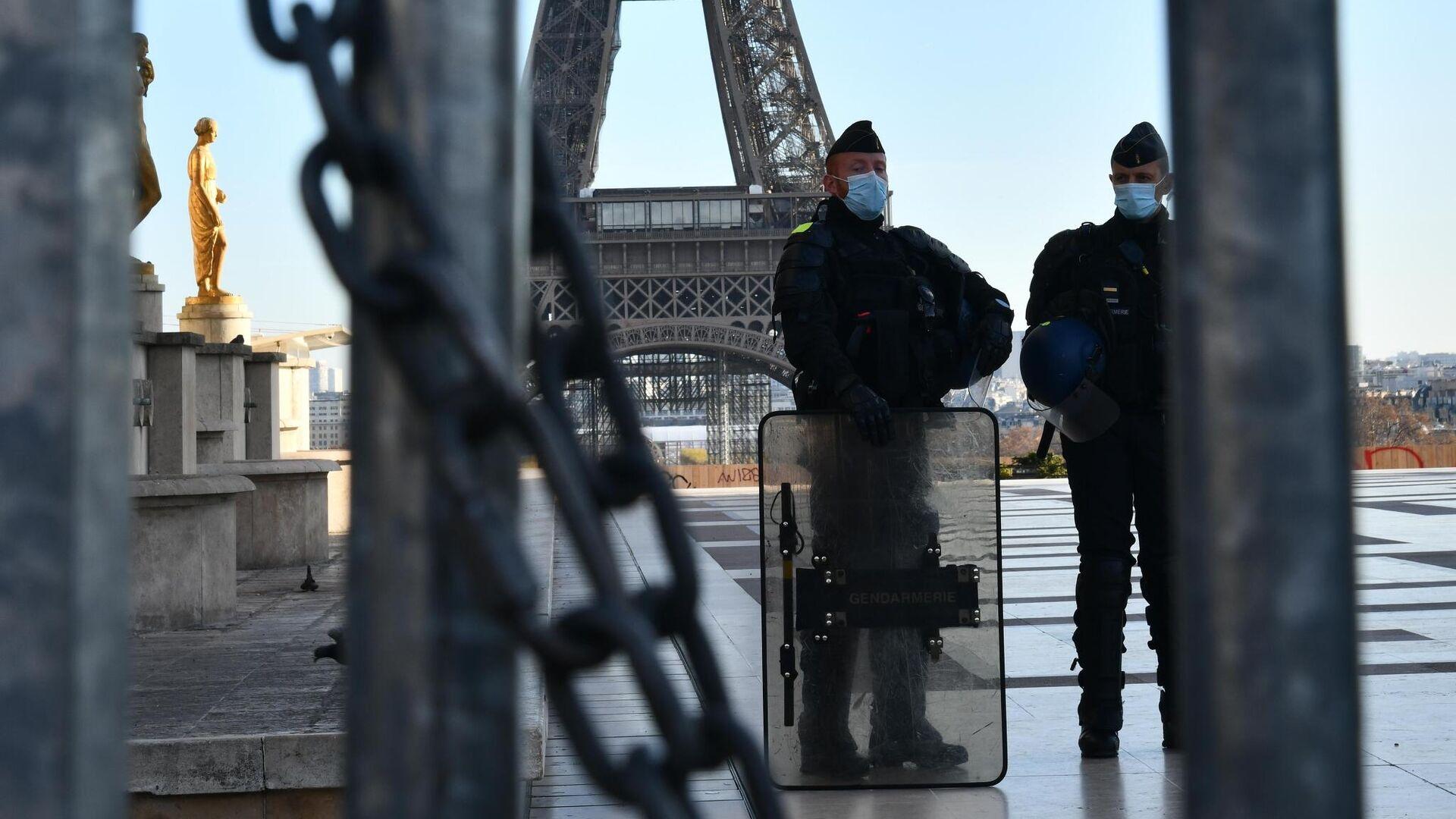 Сотрудники полиции во время акции протеста в Париже против внесения поправки к закону О национальной безопасности - РИА Новости, 1920, 18.09.2021
