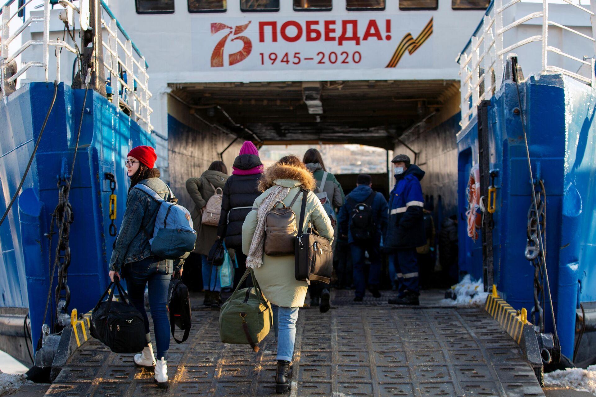 Пассажиры во время посадки на паром Босфор Восточный - РИА Новости, 1920, 01.12.2020