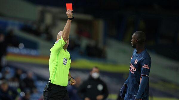 Арбитр Энтони Тейлор показывает красную карточку полузащитнику Арсенала Николя Пепе