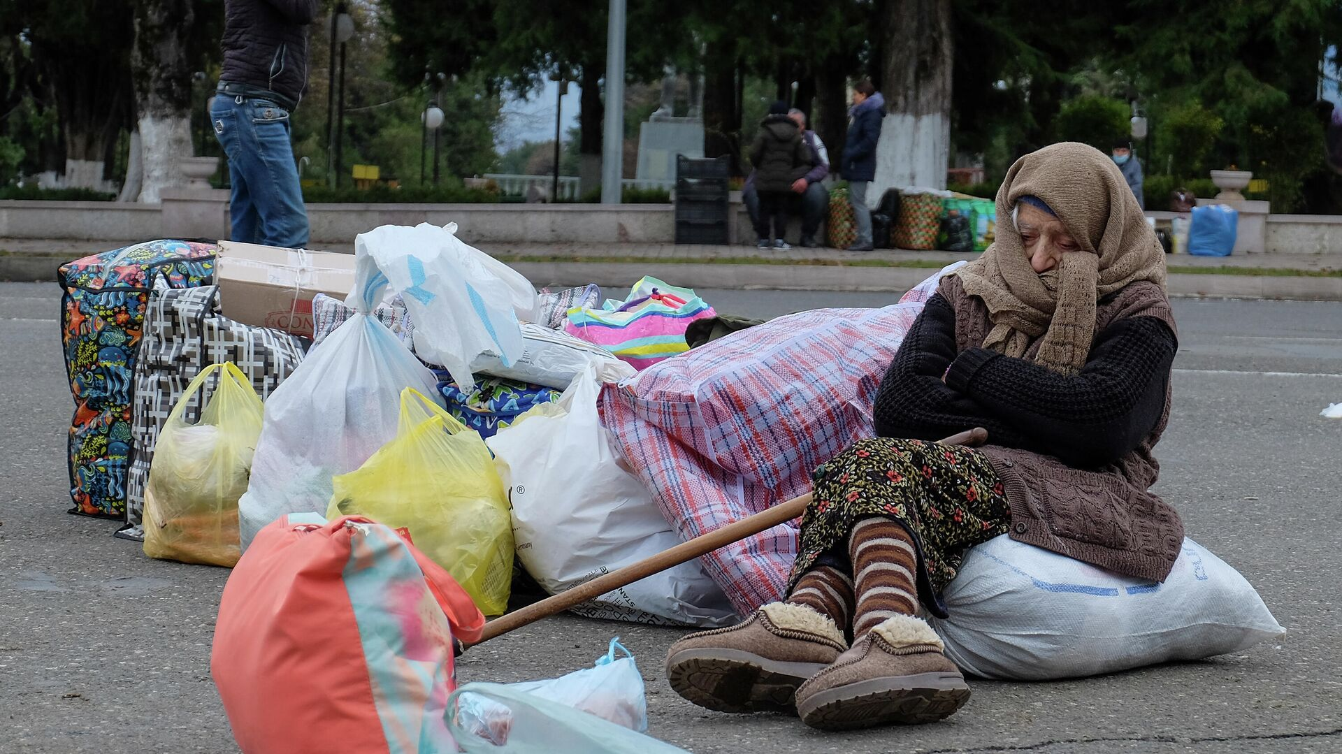 Беженцы из Нагорного Карабаха возвращаются в Степанакерт из Армении - РИА Новости, 1920, 06.12.2020