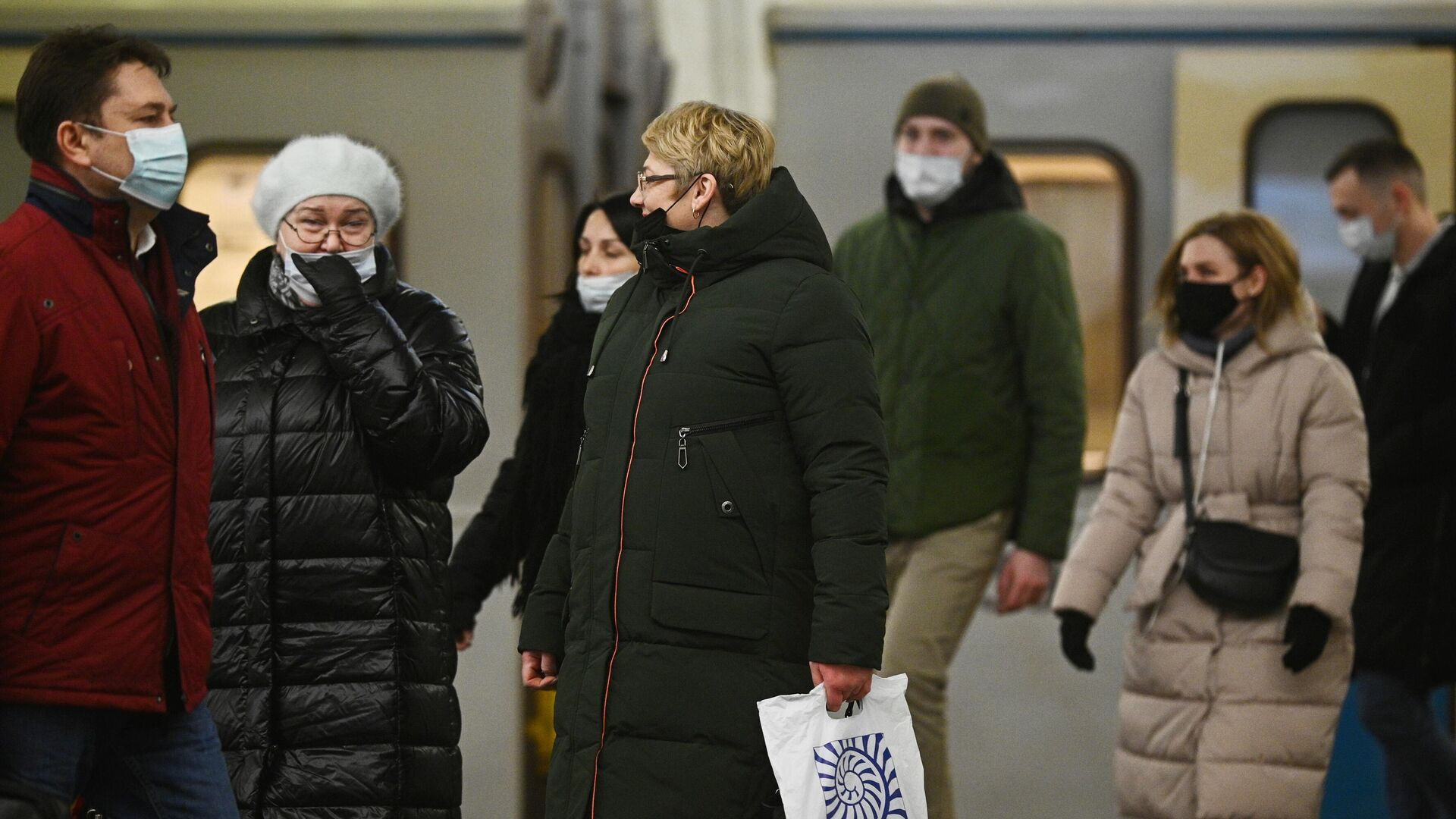 Пассажиры в защитных масках на одной из станций Московского метрополитена - РИА Новости, 1920, 26.11.2020