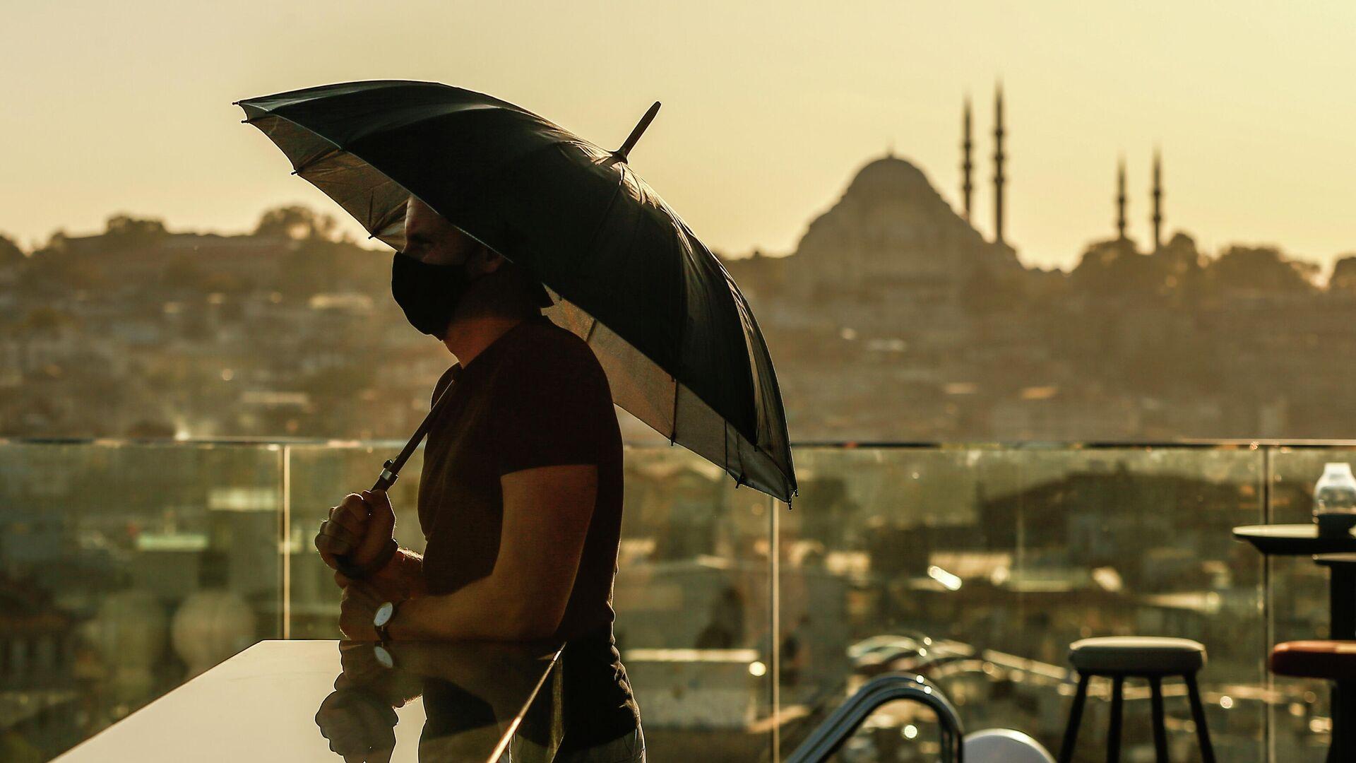Турист в защитной маске в Стамбуле  - РИА Новости, 1920, 16.06.2021