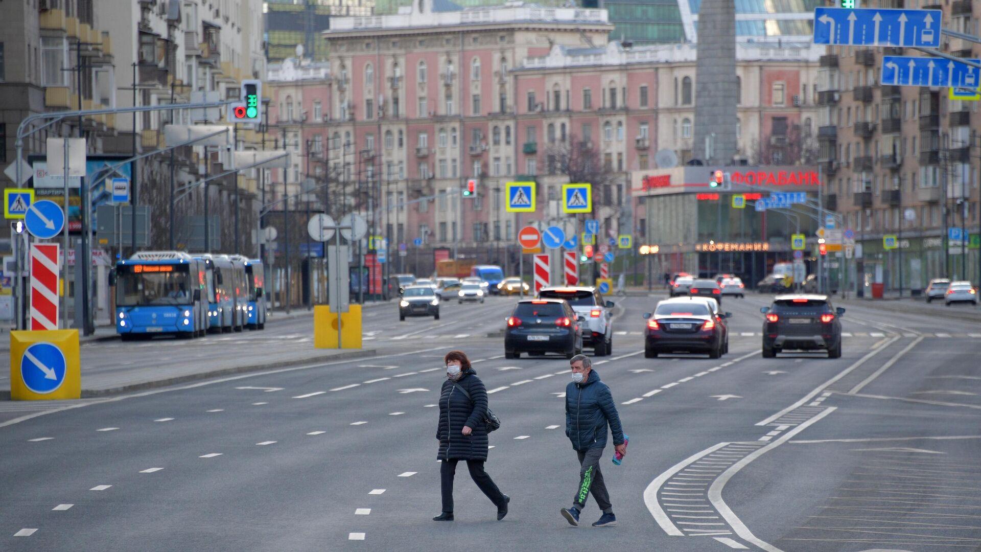 Люди перебегают Большую Дорогомиловскую улицу в Москве. - РИА Новости, 1920, 25.11.2020