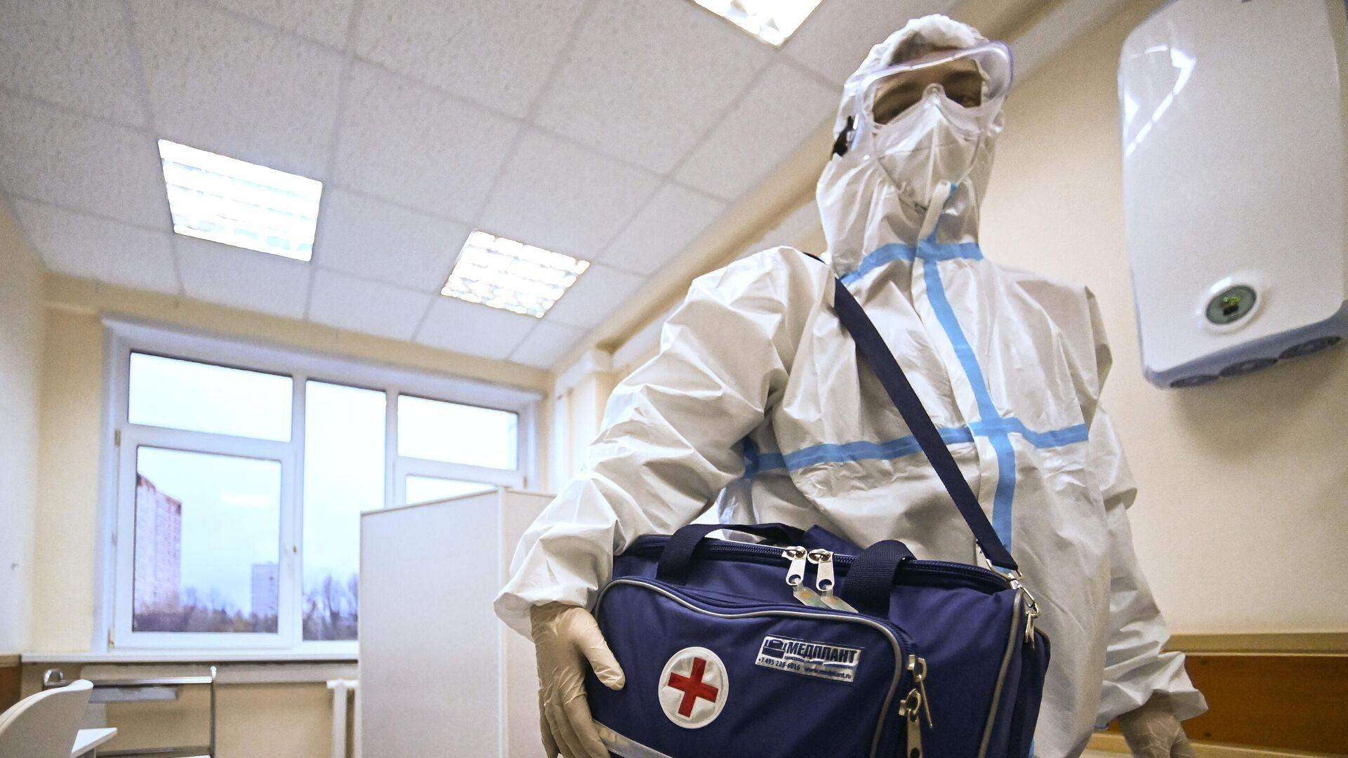 Фельдшер собирает сумку перед визитом к пациенту на дом в поликлинике №2 в Москве - РИА Новости, 1920, 17.01.2021