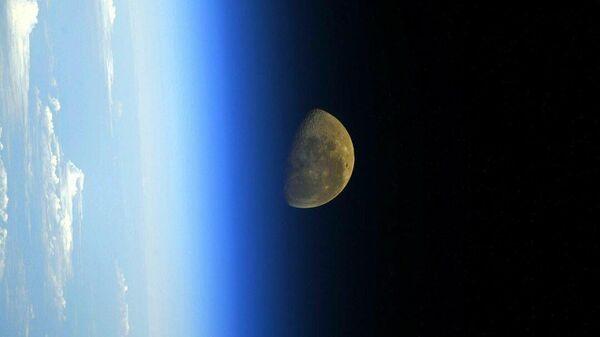 Снимок Луны с борта МКС
