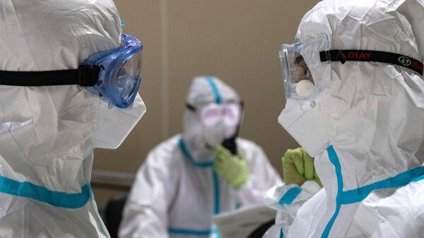 Медицинские работники во временном госпитале для пациентов с COVID-19