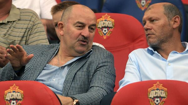 Тренеры сборной России Станислав Черчесов (слева) и Мирослав Ромащенко