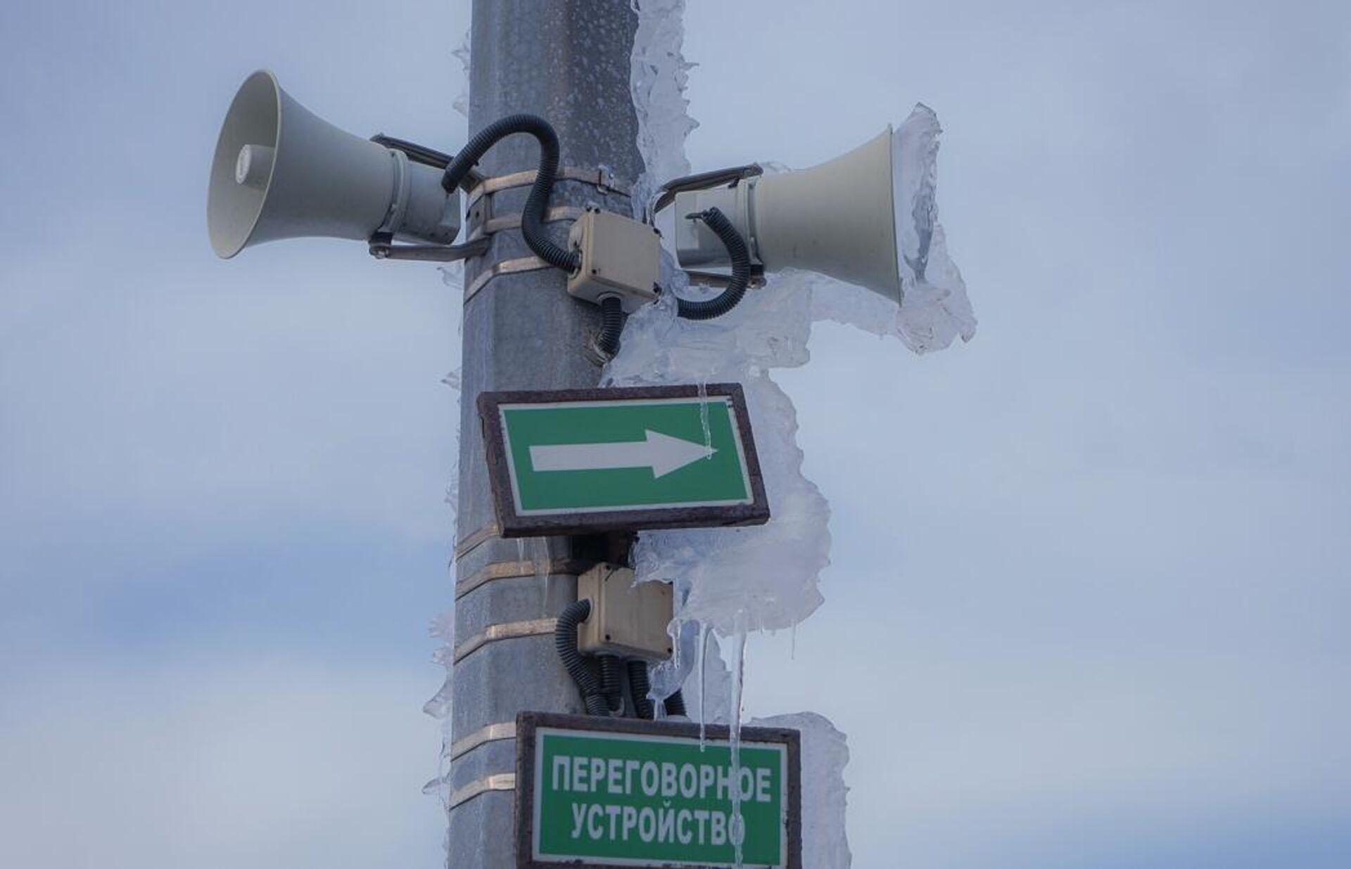 Наледь на громкоговорителях системы оповещения на мосту на остров Русский во Владивостоке - РИА Новости, 1920, 01.12.2020
