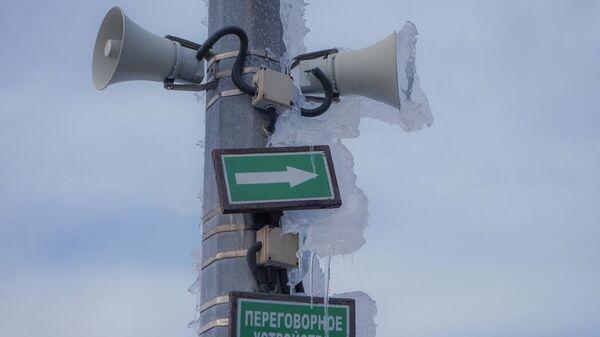 Наледь на громкоговорителях системы оповещения на мосту на остров Русский во Владивостоке