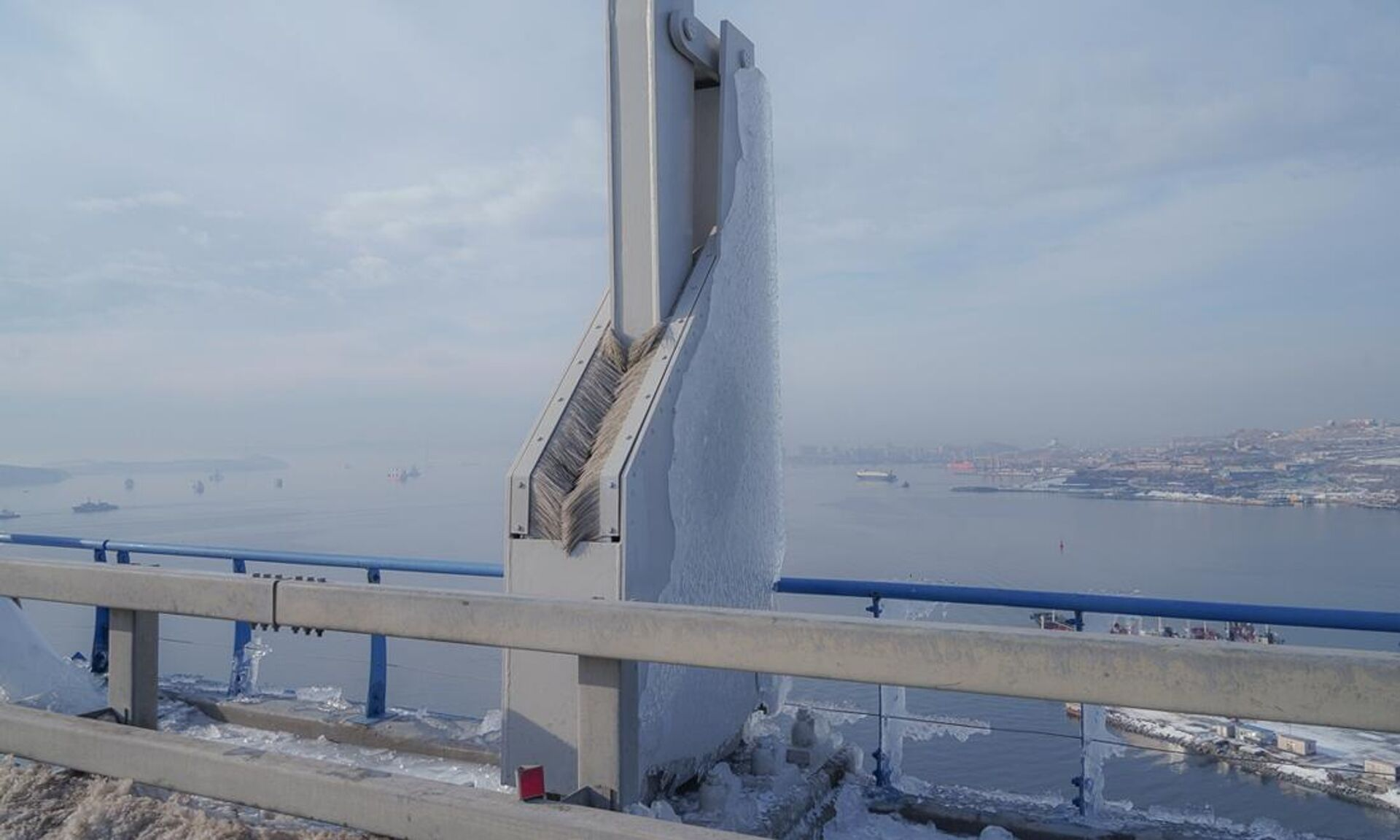Осколки наледи, счищенные с конструкций Русского моста во Владивостоке - РИА Новости, 1920, 01.12.2020