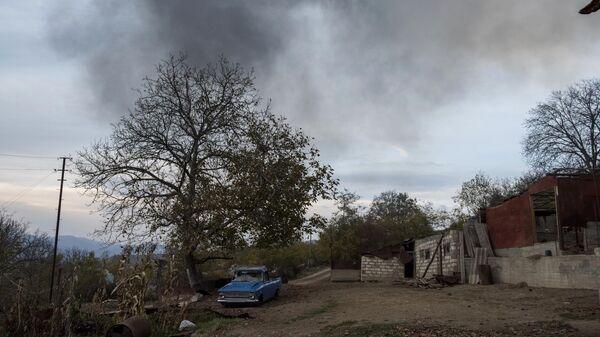 Разбитый автомобиль на улице в поселке Карегах в Нагорном Карабахе