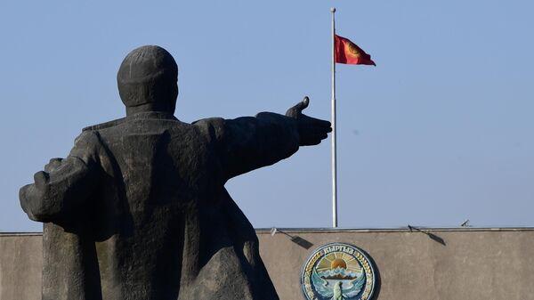 Памятник В. И. Ленину на Старой площади в Бишкеке