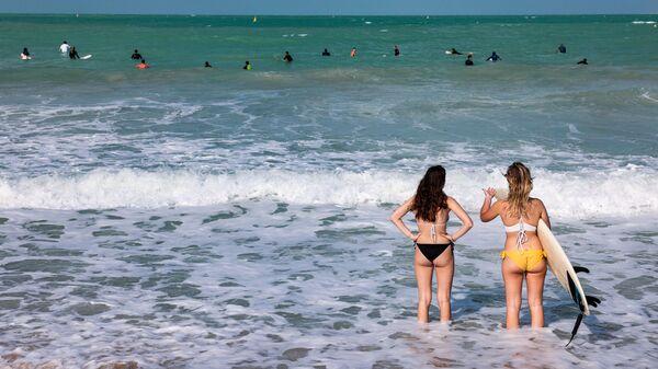 Серферы недалеко от берега на пляже в Дубае