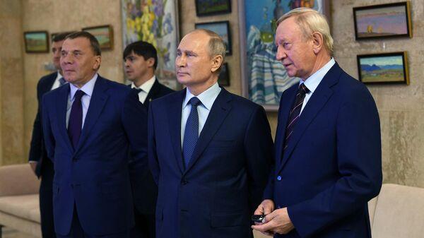 Президент РФ Владимир Путин во время осмотра выставки проектов Российского федерального ядерного центра в Сарове