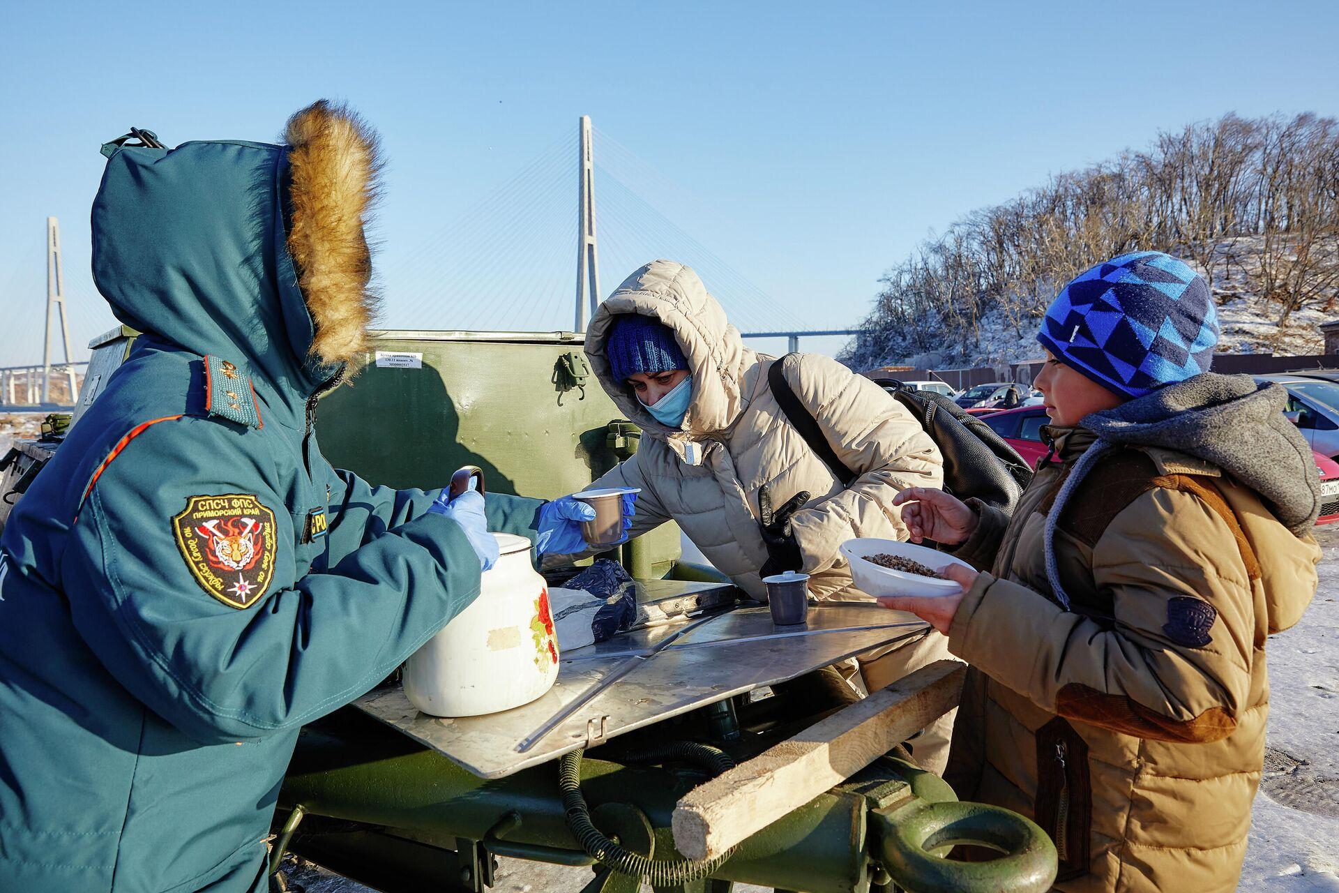Местные жители на полевой кухне на острове Русский во Владивостоке - РИА Новости, 1920, 01.12.2020