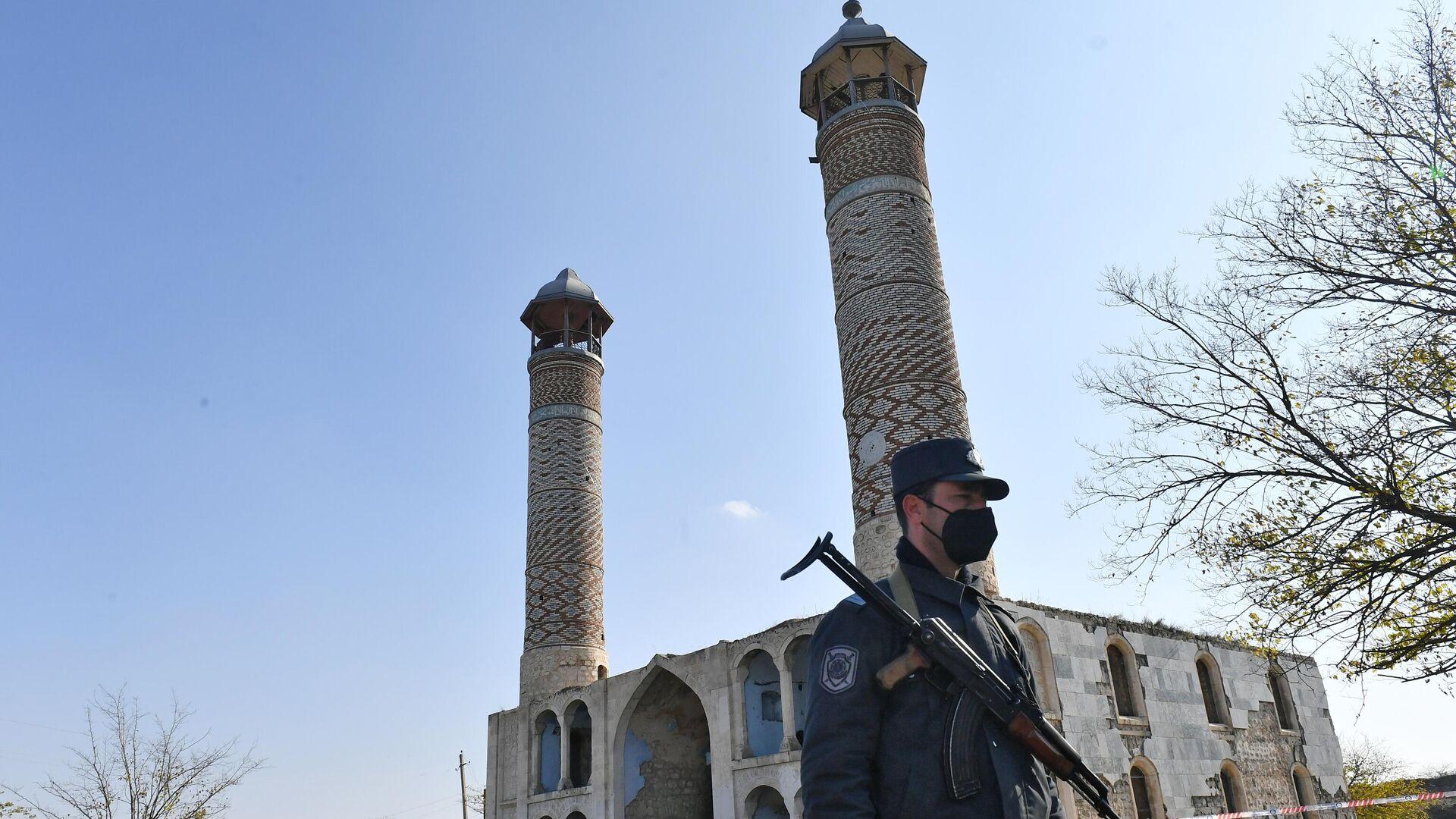 Азербайджанский полицейский у мечети Джума в Агдаме - РИА Новости, 1920, 01.12.2020