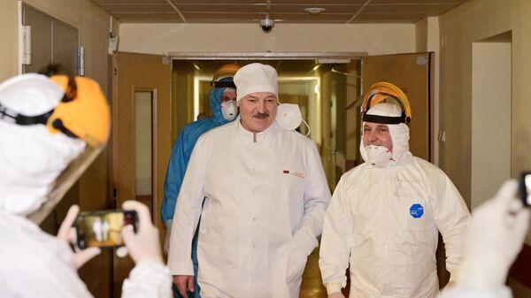 Президент Белоруссии Александр Лукашенко во время посещения 6-й городской клинической больницы Минска