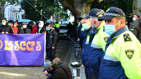 Сотрудники полиции следят за порядком во время проведения акции оппозиции против результатов выборов и против ограничений из-за коронавируса в Грузии