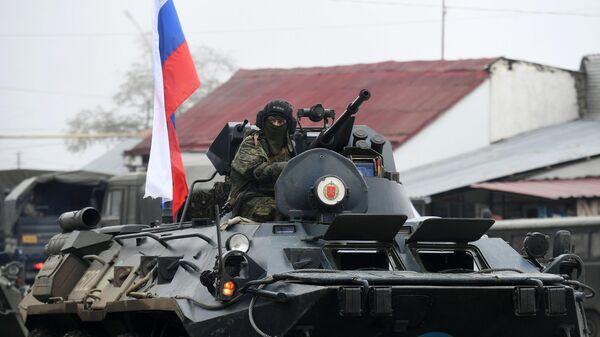 Бронетранспортер БТР-82А российского миротворческого контингента на одной из улиц в городе Лачин (Бердзор)