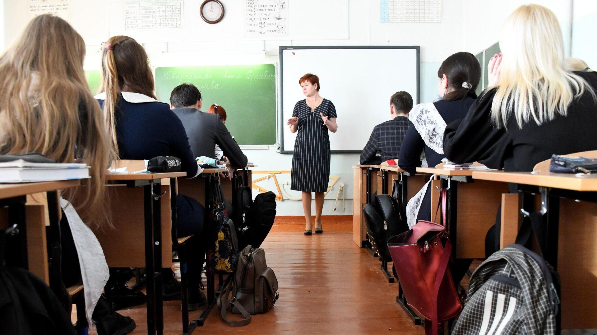 Учащиеся во время урока в общеобразовательной школе №42 города Читы - РИА Новости, 1920, 10.10.2021