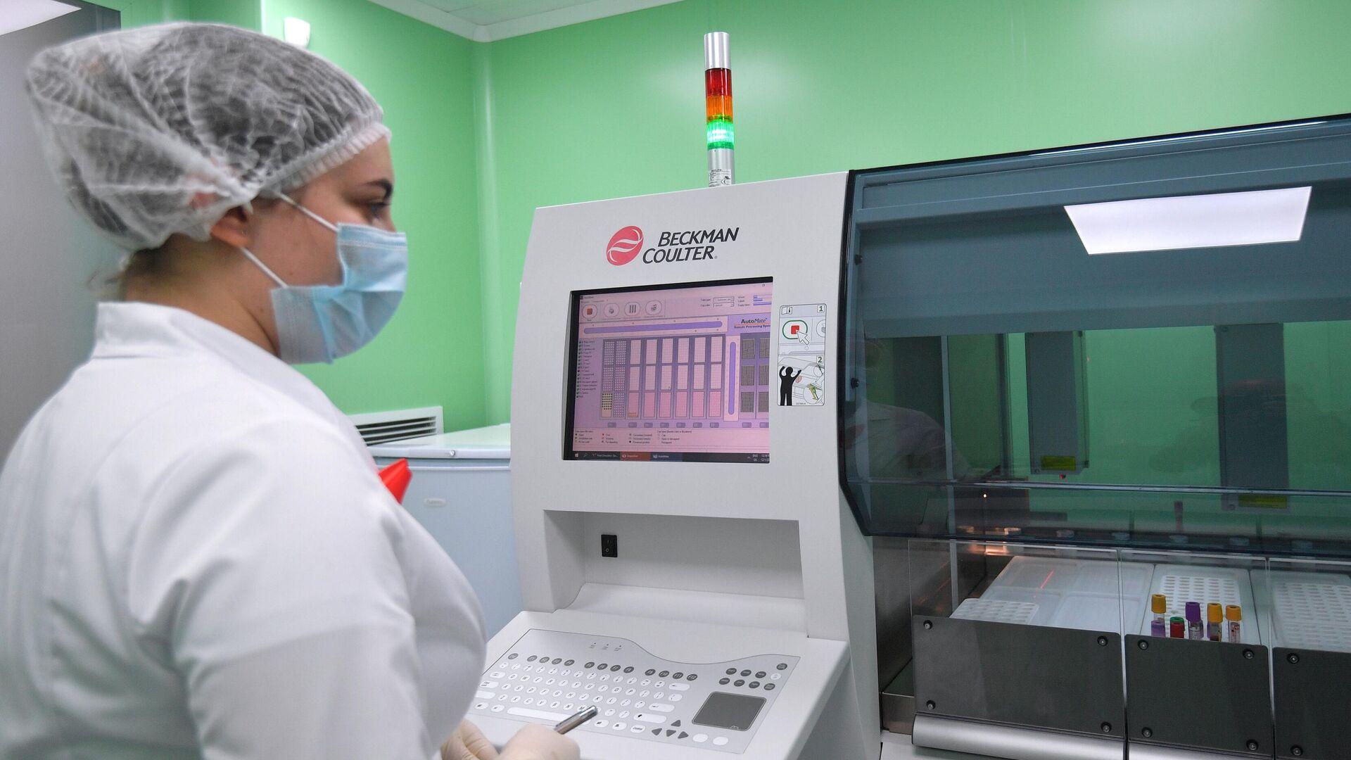 Лаборант Научного Центра по профилактике и борьбе со СПИДом в Москве проводит исследование крови на ВИЧ-инфекцию - РИА Новости, 1920, 16.05.2021