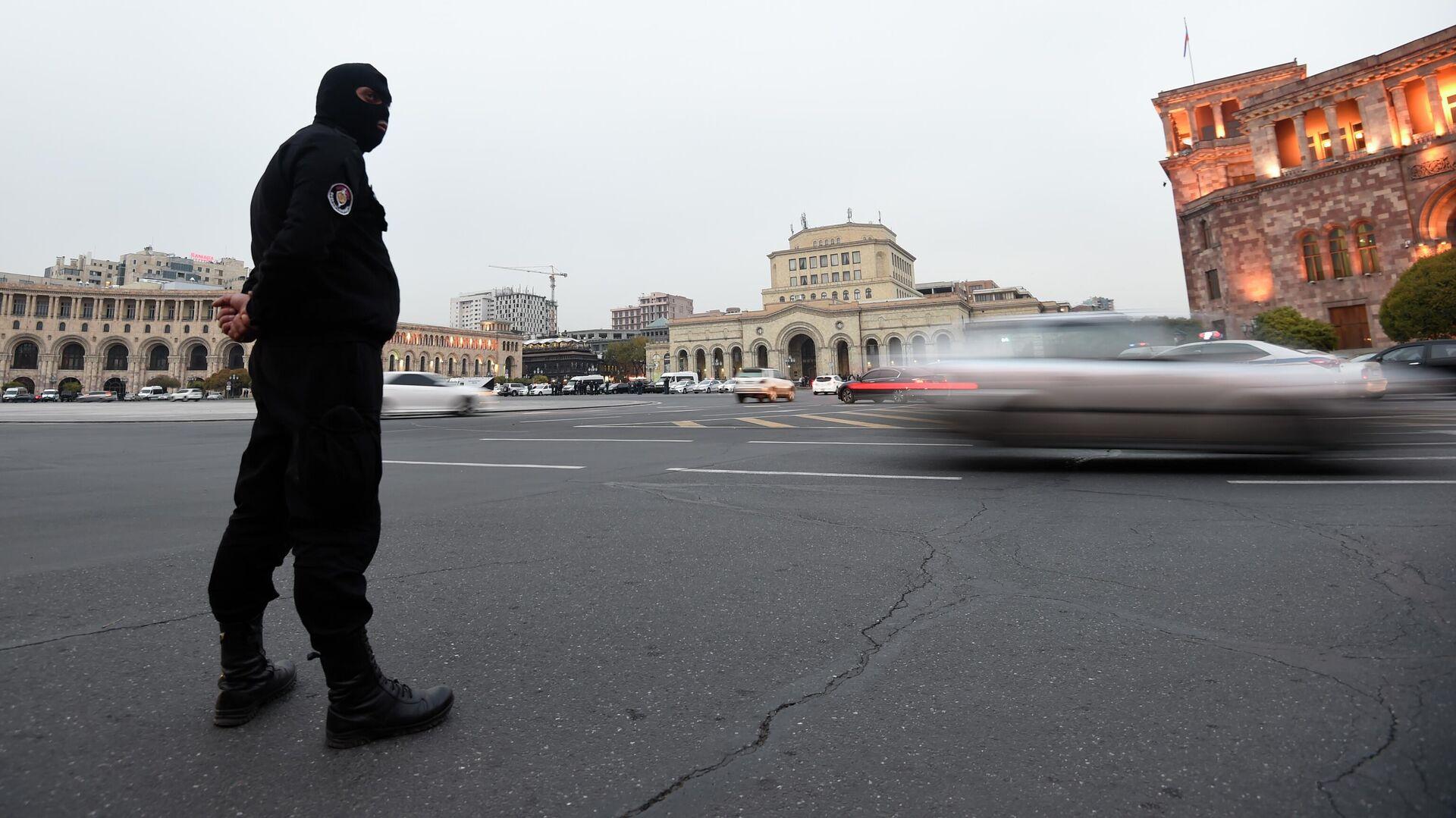 Сотрудник правоохранительных органов на площади Республики в Ереване - РИА Новости, 1920, 02.12.2020