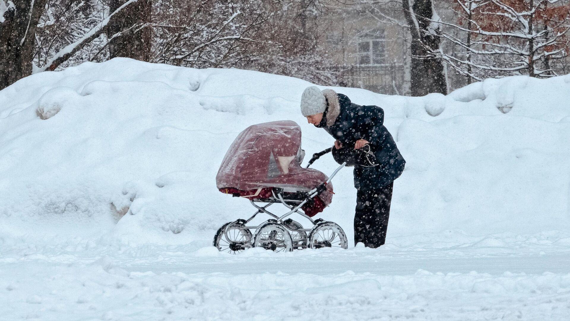 Женщина гуляет с коляской в парке - РИА Новости, 1920, 15.02.2021