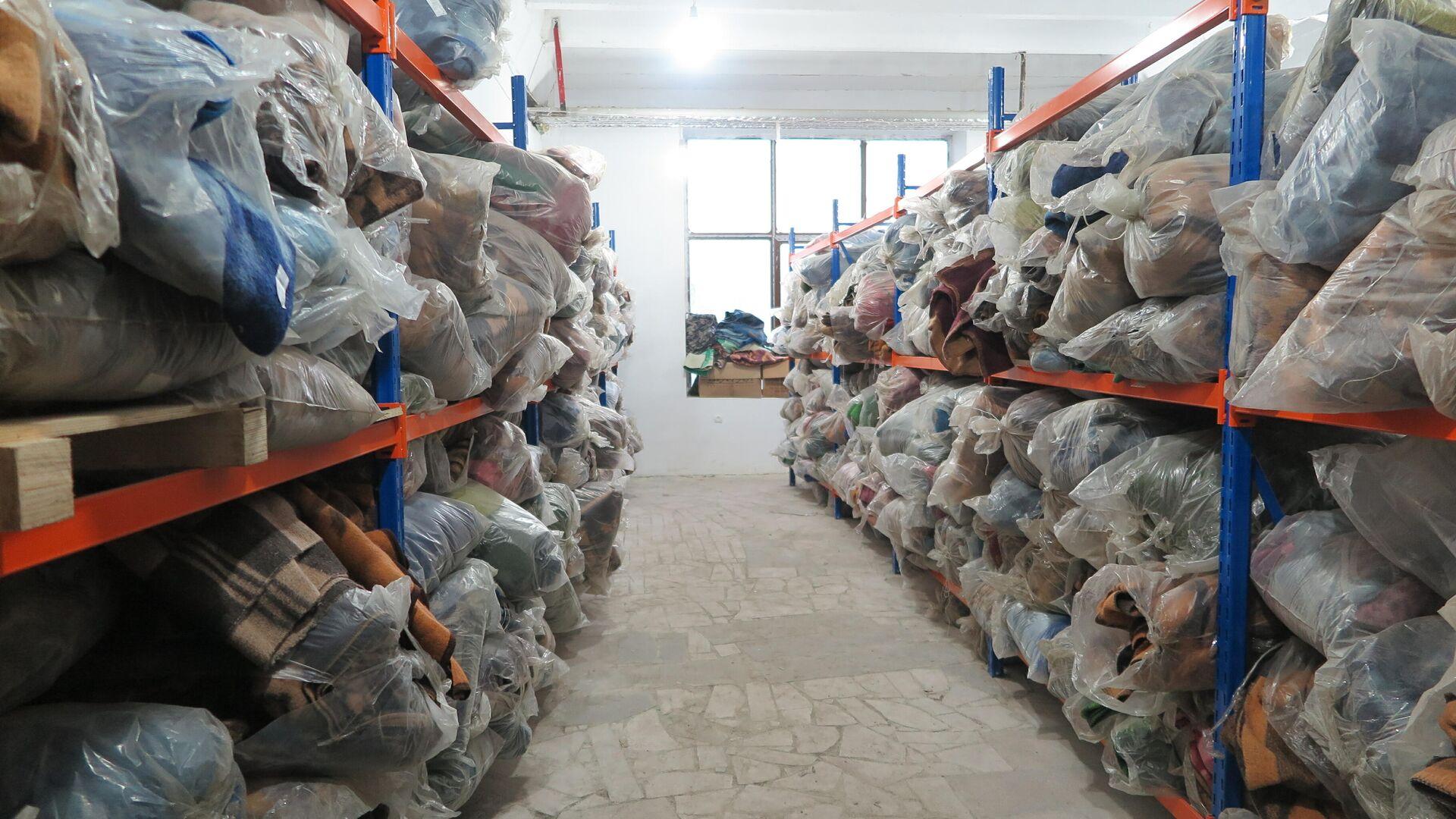 Более 3 тысяч теплых одеял в пункте выдачи гуманитарной помощи в городе Степанакерт - РИА Новости, 1920, 07.12.2020