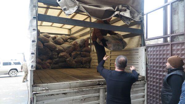 Выгрузка более 3 тысяч теплых одеял у пункта выдачи гуманитарной помощи в городе Степанакерт