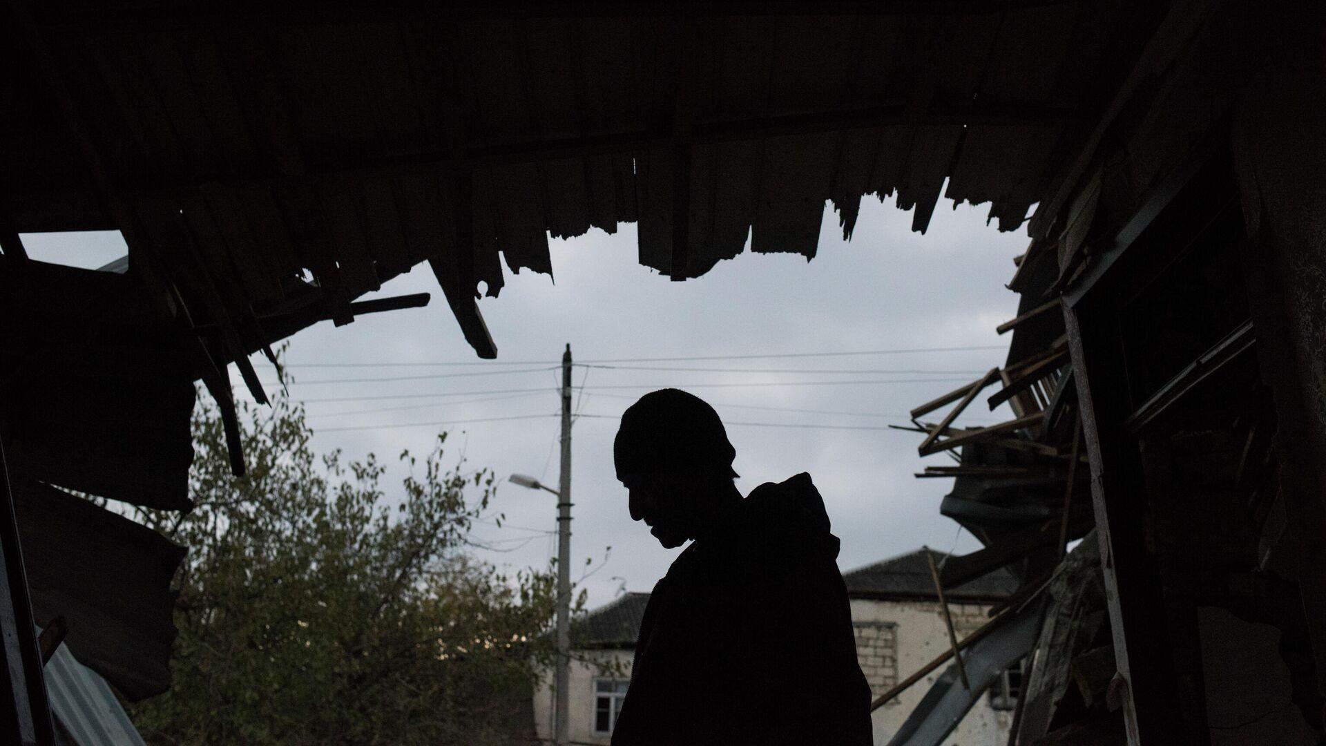 Житель Мартуни, вернувшийся в свой дом после объявления перемирия - РИА Новости, 1920, 02.12.2020