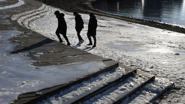 Молодые люди на набережной Спортивной гавани во Владивостоке