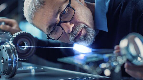Инженер во время испытания сверхпроводникового материала в лаборатории