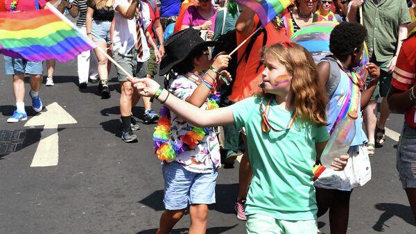 Дети принимают участие в прайд-параде в центре Лондона