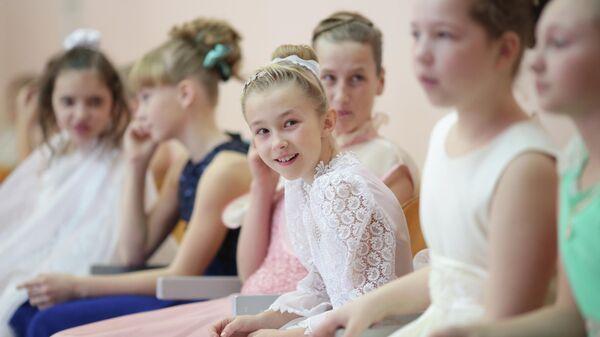 Участницы новогоднего кадетского бала в школе в Симферополе